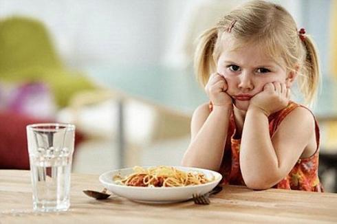 Kiểm tra lại hệ tiêu hóa khi bé lười ăn, chán ăn