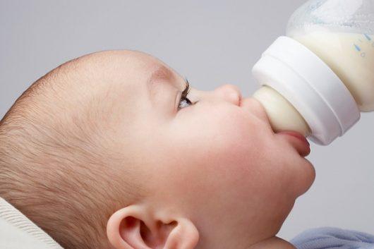 Bổ sung sữa công thức cho bé đúng cách