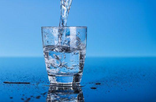 Bổ sung nước cho cơ thể được thư giãn vào ngày hè