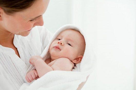 Chọn sữa cho bé sơ sinh nên lựa chọn các dòng sữa cao cấp để cơ thế bé hấp thụ tốt hơn